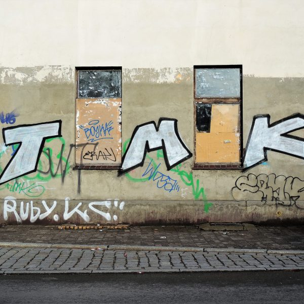 04445   berliner mauern   tags and throws