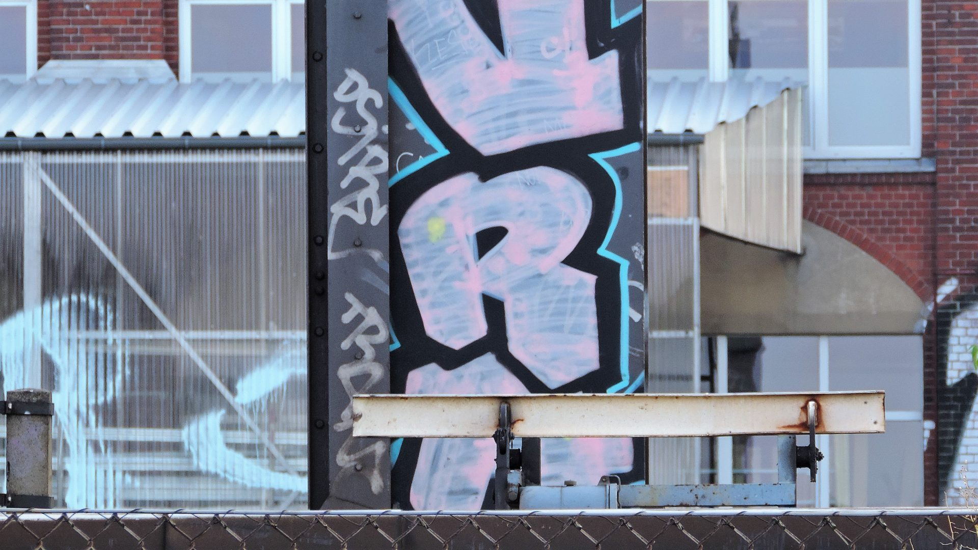 05560   berliner mauern   berlin, streetbombing, tags and throw